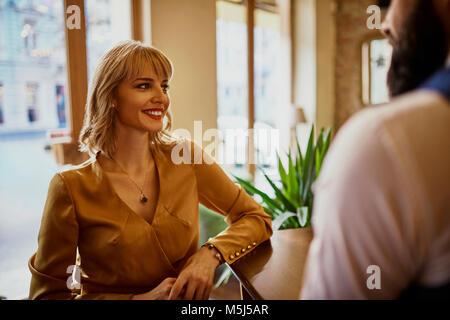 Eleganti Donna sorridente con l uomo in un bar Foto Stock