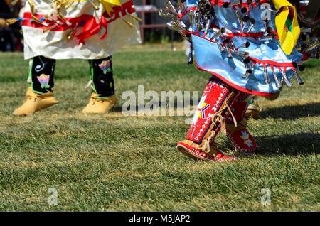 Le donne aborigene durante un concorso di danza, con la loro incredibile fatto a mano mocassini e colorato cordone Foto Stock