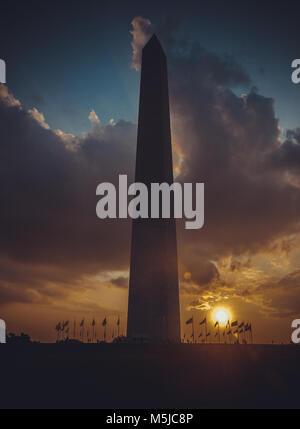 Il Monumento a Washington al Cielo di tramonto, DC, Stati Uniti d'America, l'immagine verticale Foto Stock
