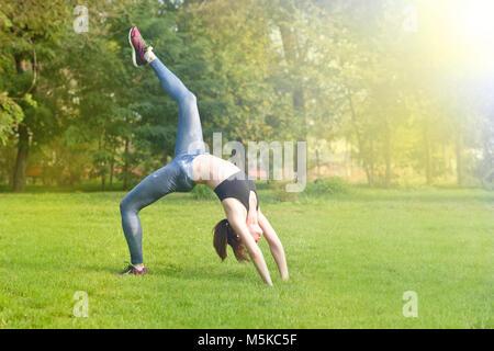 Donna atleta, donna runner stretching le gambe e la parte inferiore del corpo dopo esercizio e lavorare fuori con Foto Stock