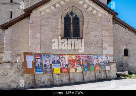 Francese manifesti elettorali in Nevache, Briancon, Hautes-Alpes, Provence-Alpes-Côte d'Azur, in Francia Foto Stock