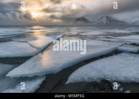 Mare ghiacciato a Vestrahorn in Islanda Foto Stock