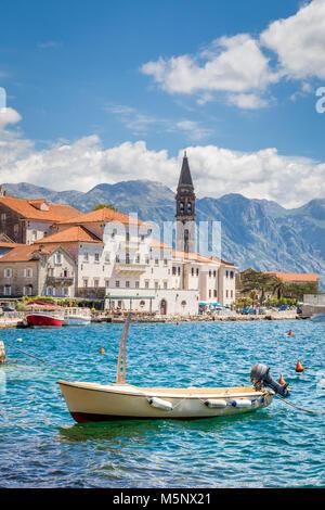Città storica di Perast situato alla famosa Baia di Kotor in una bella giornata di sole con cielo blu e nuvole in Foto Stock