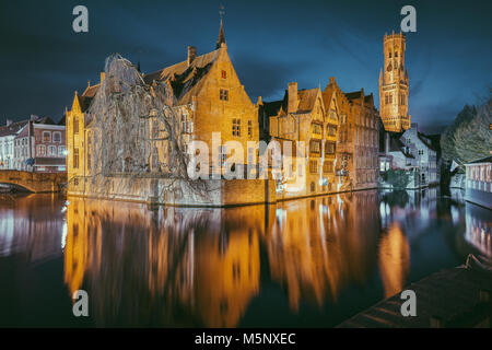 Hstoric centro di Brugge, a cui spesso viene fatto riferimento come la Venezia del Nord, con il famoso Rozenhoedkaai illuminato nel crepuscolo, Fiandre, in Belgio