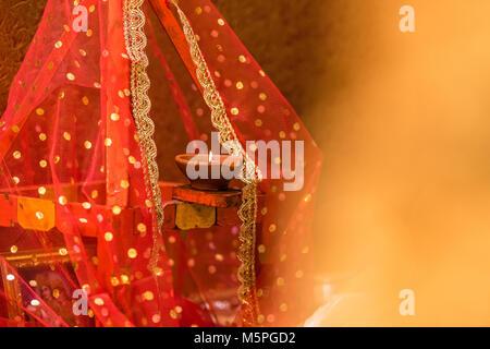Diya e lampada fatta di terreno utilizzati al culto indù Foto Stock