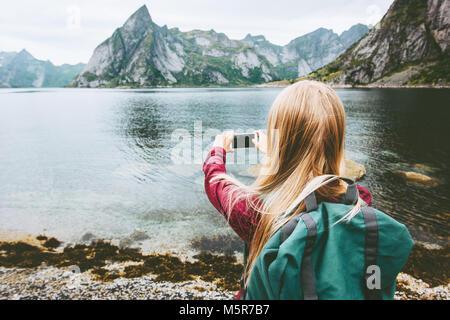 Donna turistica prendendo selfie tramite smartphone escursioni isole Lofoten Travel lifestyle wanderlust concetto Foto Stock
