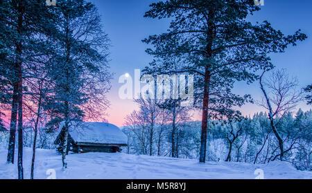Vista panoramica della splendida winter wonderland paesaggi con tradizionale rifugio di legno in scenic luce della Foto Stock
