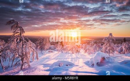 Vista panoramica della splendida winter wonderland scenario in scenic golden luce della sera al tramonto con le Foto Stock