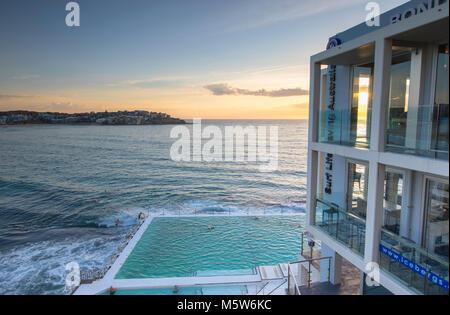 Bondi iceberg piscina all'alba, e la spiaggia di Bondi, Sydney, Nuovo Galles del Sud, Australia Foto Stock