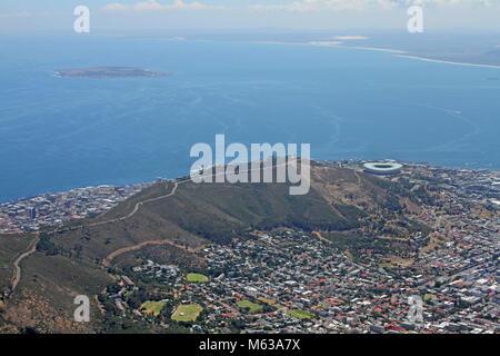 Vista di Signal Hill, Cape Town Stadium e Robben Island dalla sommità della Table Mountain e Cape Town, Western Foto Stock