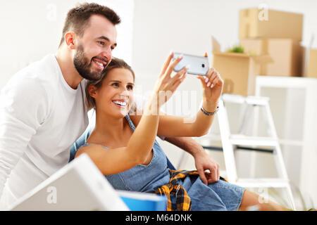 Adulto felice giovane lo spostamento in fuori o in dentro alla nuova home page Foto Stock