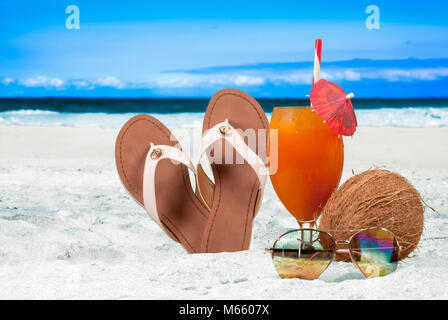 La vacanza estiva in riva al mare sulla spiaggia. Cocktail fresco su sfondo di spiaggia Foto Stock