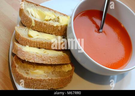 Zuppa di pomodoro con pane rustico Foto Stock