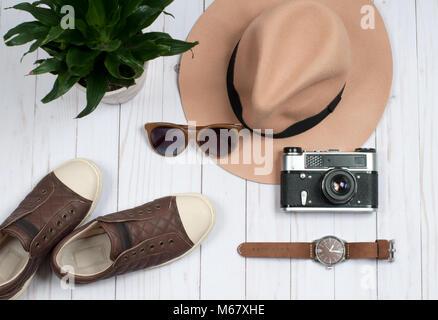 In autunno gli accessori per le donne. Moda, sneakers ed elegante cappello Foto Stock