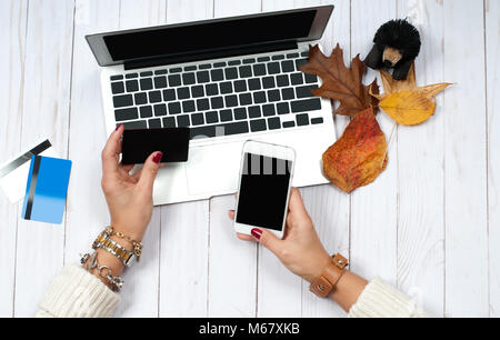 4d6eb35e3f Vacanze Shopping Online concetto. Donna che mantiene lo smartphone e ...