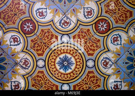 Vecchio decorativo pavimento in ceramica. Il preservativo. Le Gers Reparto, Nuova Aquitaine, Midi Pyerenees. Francia Europa