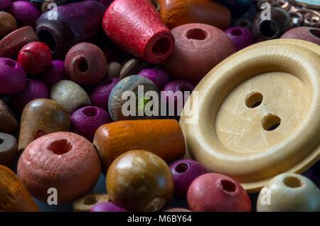 Fotografia macro di perline di legno e pulsanti