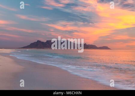 Vista panoramica della montagna della tavola Città del Capo in Sud Africa da blouberg al tramonto Foto Stock