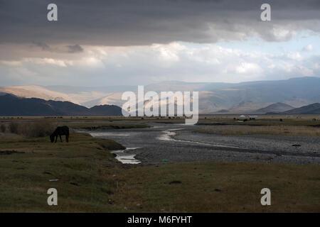 Nomadi lifestyle kazako nel vasto, remote montagne di Altai in Mongolia occidentale. Foto Stock