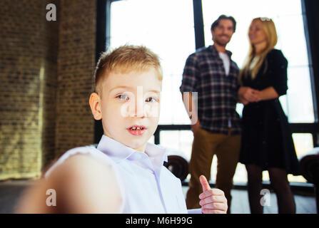 Casa Famiglia ritratto. Genitori e figlio di trascorrere del tempo insieme Foto Stock