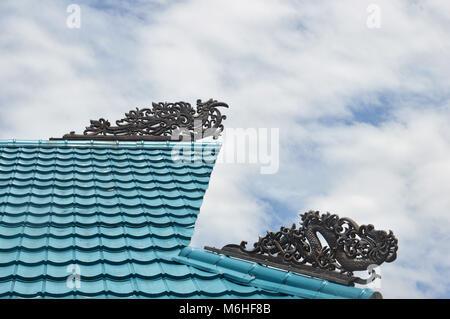 Borneo tribale tradizionale incisioni sul tetto degli edifici Foto Stock