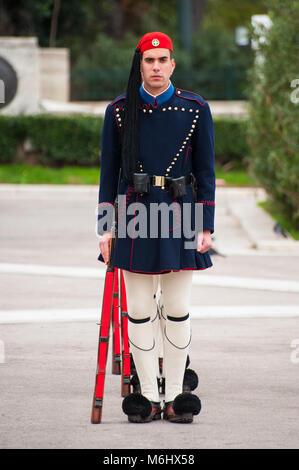 Evzones, greco guardie presidenziali marciando nella vita di tutti i giorni inverno uniforme cerimoniale davanti Foto Stock