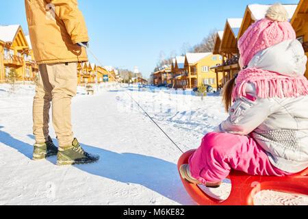 Divertimento sled ride con padre Foto Stock