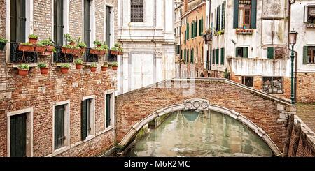 Un ponte su un piccolo canale, Venezia Italia Foto Stock