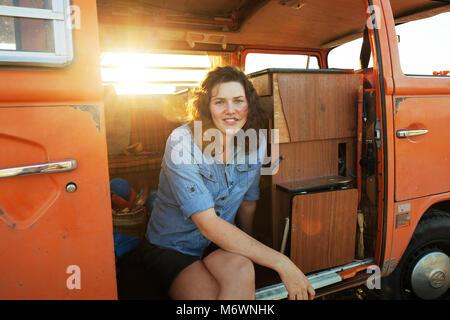La donna nel suo furgone Foto Stock