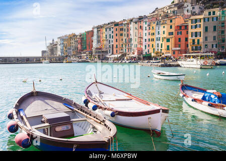La bellissima cittadina di Porto Venere, chiamato anche Portovenere, con i caratteristici edifici medievali e barche Foto Stock