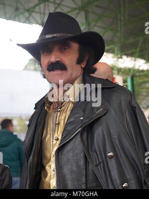 Uomo di colore con un baffi in giacca di pelle nel cappello da cowboy Foto Stock