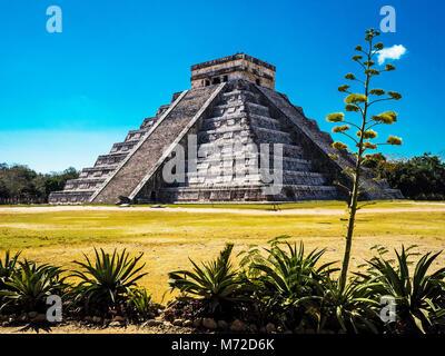 El Castillo, la piramide di Kukulkán, è il più famoso edificio nell'UNESCO rovine Maya di Chichen Itza Sito Archeologico Foto Stock
