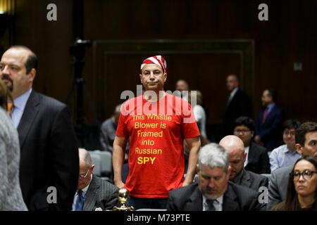 Washington, Stati Uniti d'America. 07Th Mar, 2018. Un dimostrante attende un Senato Intelligence Audizione del comitato Foto Stock
