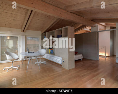 Moderna camera da letto in mansarda camera con soffitto in for Mansarda in legno bianco