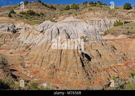 Colorate formazioni Badlands nel Parco nazionale Theodore Roosevelt in North Dakota Foto Stock