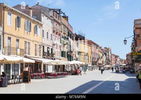Visualizza in basso Via Giuseppe Garibaldi, Castello, Venezia, Veneto, Italia con pochi turisti di mangiare in ristoranti Foto Stock