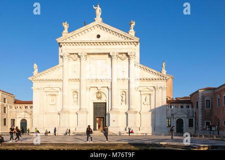 Chiesa di San Giorgio Maggiore facciata anteriore al tramonto con i turisti, VENEZIA, Veneto, Italia, Isola di San Giorgio Maggiore, San Giorgio Maggiore isola.