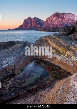 Le montagne di Kjerringøy nel tramonto in inverno Foto Stock