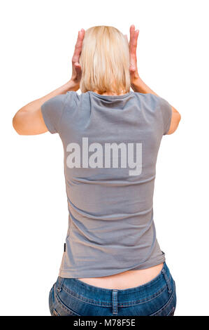 Indietro ritratto di seduta ha sottolineato donna bionda con il grigio t-shirt che copre le sue orecchie con le Foto Stock