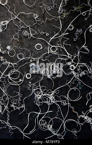 La confusione di cerchi, spirali e linee di ritagli di carta con un piccolo e pulito il vetro ar cuore vicino al Foto Stock