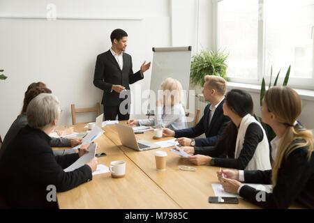 African-american businessman dando la presentazione che spiega il team Foto Stock