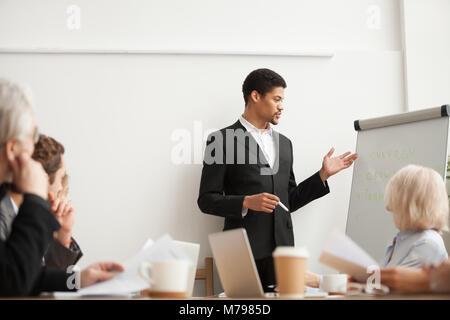 Pullman nero dando la presentazione ai dipendenti a gruppo di conferenza Foto Stock