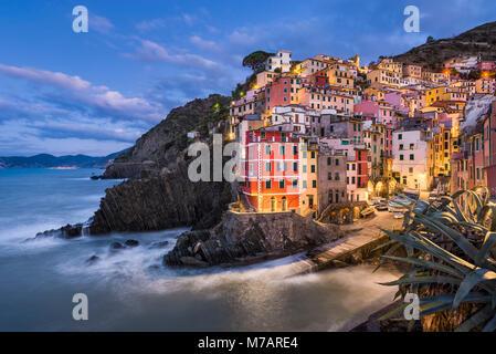 Riomaggiore di notte, Cinque Terre, Italia Foto Stock