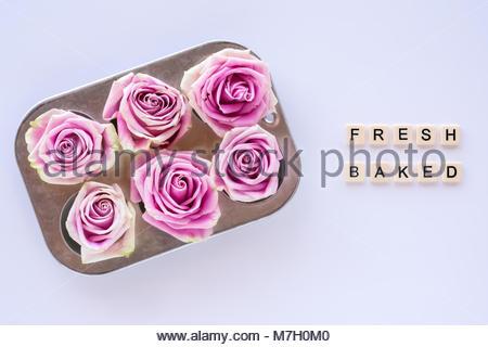 Le rose rosa in stagno di muffin petali di fiore in tazza da
