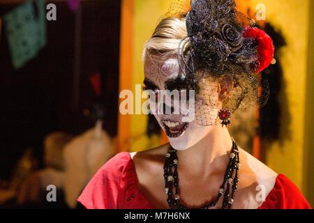 Signora dei morti, la Calavera Catrina, vestite per il giorno dei morti, Día de Muertos, un messicano di festa nazionale. Foto Stock