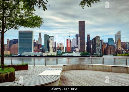 Midtown Manhattan e il Palazzo delle Nazioni Unite dal gantry Plaza del Parco Statale di Long Island City ,Queens Foto Stock