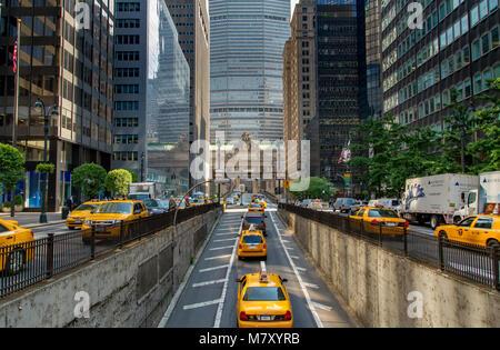 Giallo New York Taxicabs emergente dal Park Avenue tunnel verso il Park Avenue viadotto e Grand Central Terminal Foto Stock