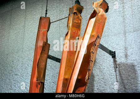 New York, Stati Uniti d'America, novembre 2016: vista dettagliata delle Twin Tower fondazioni rimane nella Nazionale di 9-11 Memorial Museum di Lower Manhattan, New York Foto Stock