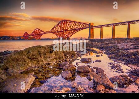 Il Forth Bridge, Scozia, crogiolarsi nella bassa inverno mattina sun. Foto Stock