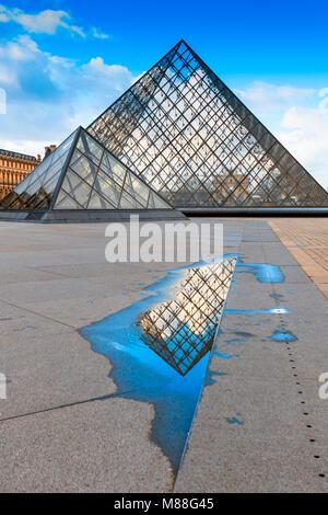 Piramide di vetro del Louvre di Parigi con la riflessione astratta in acqua dalla pozzanghera lasciata dalla pioggia durante Paris alluvione del 2018 Foto Stock